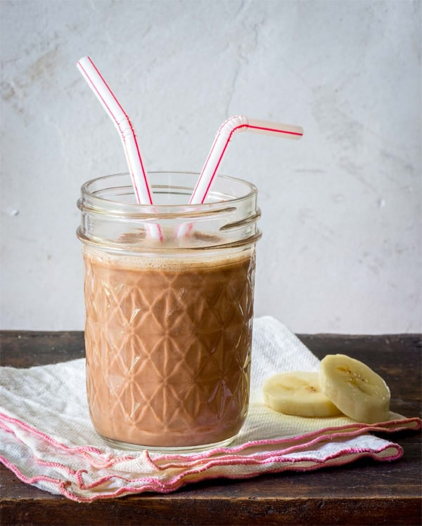 MORNING SMOOTHIES TO GO: Peanut Butter Chocolate Smoothie // TheFresh20